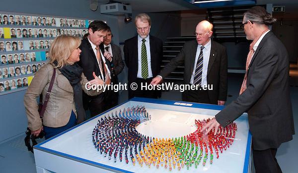 Brussels-Belgium - February 01, 2012 -- Visit to Brussels by Prof. Dr. Norbert LAMMERT (2.ri), President / Speaker of the German Parliament (Deutscher Bundestag); here, at the Parlamentarium, the European Parliament's Visitors' Centre, with: Susanne OBERHAUSER (le); Dr. Horst RISSE (2.le);  Alexander KLEINIG (3.le), Head of Unit, DG for Communication, EP-Visitor's Centre; State Secretary Harro SEMMLER (3.ri); Prof. Uwe BRUECKNER (ri) (Brückner, Bruckner),?Atelier Brückner? -- Photo: © HorstWagner.eu