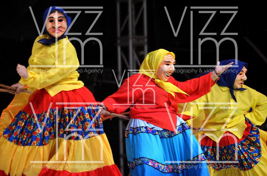 BARRANQUILLA-COLOMBIA- 11-02-2017: Danza Libre Gallego participante en La Fiesta de Danzas y Cumbias del Carnaval de Barranquilla 2016 invita a todos los colombianos a contagiarse del Jolgorio general encabezado por su reina Marcela Garcia Caballero. Este desorden organizado dará la oportunidad de apreciar a propios y extraños el desfile de danzas, disfraces y hacedores del carnaval que la convierten en una de las festividades más importantes del país y que se lleva a cabo hasta el 9 de febrero de 2016. / Danza Libre Gallego paticipant of The party of Dances and Cumbias of Carnaval de Barranquilla 2016 invites all Colombians to catch the general reverly led by their Queen Marcela Garcia Caballero. This organized disorder gives the oportunity to appreciate, by friends and strangers, the parade of dancers, customes and carnival makers that make it one of the most important festivals of the country and take place until February 9, 2016.  Photo: VizzorImage / Alfonso Cervantes / Cont