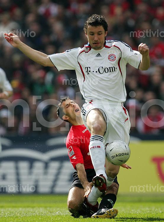 Fussball Bundesliga Hannover 96 - FC Bayern Muenchen Mark VAN BOMMEL (FCB, r) gegen Altin LALA (H).