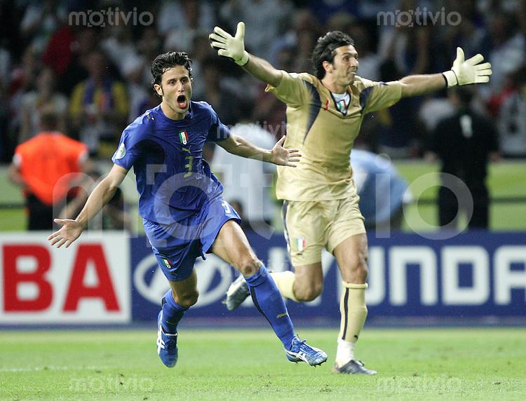 Fussball WM 2006 Finale in Berlin, Italien - Frankreich, Fabio Grosso (ITA, li.) jubelt nach seinem letzten Elfmetertor zum 6:5, dahinter Torwart Gianluigi Buffon.