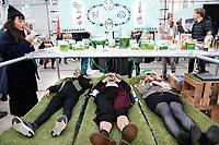 Nederland  Eindhoven 2017 . DDW. Dutch Design Week. Strijp-S.  Agri meets Design. The Embassy of Food is één van de acht ambassades waarin tijdens de DDW gewerkt wordt aan toekomstgerichte, creatieve oplossingen rondom actuele thema's op de wereldagenda. Hier worden in een interactieve expositie, in samenwerking met ontwerpers en agrariërs, enkele radicale vergezichten op de toekomst gegeven die de bezoekers kunnen ervaren en proeven.  Relaxen in de Algenbar. Foto Berlinda van Dam / Hollandse Hoogte