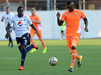 ENVIGADO - COLOMBIA -14 -02-2016: Sergio Mosquera,  (Der.)  jugador de Envigado FC disputa el balón con Juan Caicedo (Izq.) jugador de Deportivo Independiente Medellin, durante partido por la fecha 3 entre Envigado FC y Deportivo Independiente Medellin, de la Liga Aguila I-2016, en el estadio Polideportivo Sur de la ciudad de Envigado. / Sergio Mosquera, (R) player of Envigado FC fights for the ball with Juan Caicedo (L) player of Deportivo Independiente Medellin, during a match of the 3 date between Envigado FC and Deportivo Independiente Medellin, for the Liga Aguila I-2016 at the Polideportivo Sur stadium in Envigado city. Photo: VizzorImage. / Leon Monsalve / Str.