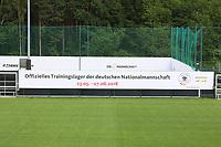 Banner des offiziellen Trainingslager am Trainingsplatz des Sportzentrum Rungg in Eppan. Dort ist die Heimat des FC Südtirol und bildet das Trainingszentrum der Deutschen Nationalmannschaft während der WM-Vorbereitung. - 18.05.2018: Trainingslager der Deutschen Nationalmannschaft zur WM-Vorbereitung in Eppan/Südtirol