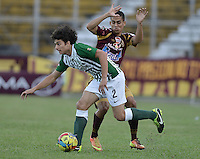 IBAGUÉ -COLOMBIA, 23-06-2013. Andres Andrade (D) de Deportes Tolima disputa el balón con John Stheffan Medina (I) de Atlético Nacional durante partido de los cuadrangulares finales, fecha 2, de la Liga Postobón 2013-1 jugado en el estadio Manuel Murillo Toro de la ciudad de Ibagué./ Deportes Tolima Andres Andrade (R) fights for the ball with Atletico Nacional playerJohn Stheffan Medina (L) during match of the final quadrangular 3th date of Postobon  League 2013-1 at Manuel Murillo Toro stadium in Ibague city. Photo: VizzorImage/STR