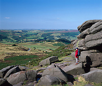 Great Britain, England, Derbyshire, near Hathersage: woman at Higger Tor in Peak District National Park | Grossbritannien, England, Derbyshire, bei Hathersage: Frau am Higger Tor im Peak District National Park