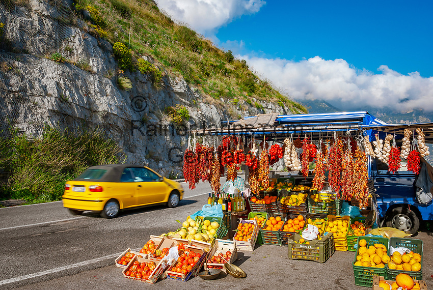 Italien, Kampanien, Sorrentinische Halbinsel, Amalfikueste: Obst und Gemuese, Strassenverkauf zwischen Positano und Amalfi | Italy, Campania, Sorrento Peninsula, Amalfi Coast: fruit and vegetables, sales booth between Positano and Amalfi