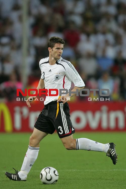 FIFA WM 2006 -  Semi Finals / Halbfinale<br /> Play    #61 (04-Juli) - Deutschland - Italien 0:2 n.V.<br /> <br /> Arne Friedrich von Deutschland in Einzel Aktion.<br /> Arne Friedrich sucht eine Anspielstation.<br /> <br /> Foto &copy; nordphoto