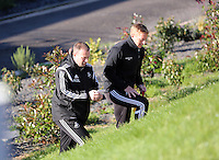 Pictured L-R: Kristian O'Leary with manager Garry Monk Wednesday 05 November 2014<br />
