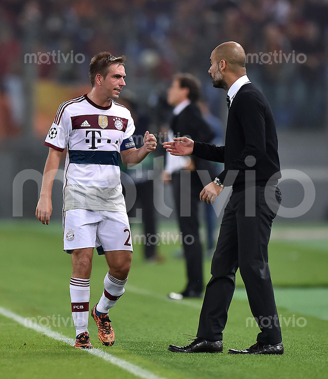 FUSSBALL   CHAMPIONS LEAGUE   SAISON 2014/2015   Vorrunde AS Rom - FC Bayern Muenchen        21.10.2014 Philipp Lahm (li, FC Bayern Muenchen) im Gespraech mit Trainer Pep Guardiola (FC Bayern Muenchen)