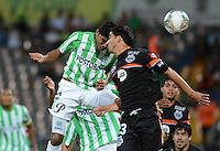 MEDELLIN- COLOMBIA - 10-09-2014: Luis Ruiz (Izq.) jugador de Atletico Nacional de Colombia de disputa el balon con Alberto Espindola (Der.) jugador de General Diaz de Paraguay durante partido de ida de la segunda fase, llave16, de la Copa Total Suramericana entre Atletico Nacional de Colombia y General Diaz de Paraguay en el estadio Atanasio Girardot del ciudad de Medellin.  / Luis Ruiz (L) player of Atletico Nacional de Colombia vies for the ball with Alberto Espindola (R) player of General Diaz of Paraguay during a match for the first leg of the second phase, key16, between Atletico Nacional de Colombia y General Diaz de Paraguay of the Copa Total Suramericana in the Atanasio Girardot stadium, in Medellin city. Photo: VizzorImage / Luis Rios / Str.