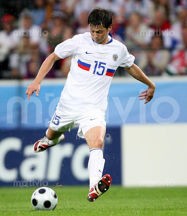 FUSSBALL EUROPAMEISTERSCHAFT 2008 Spanien - Russland    10.06.2008 Diniyar Bilyaletdinov (Russland) am Ball.