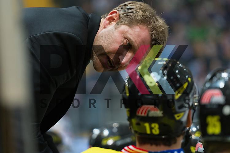 Eishockey, DEL, EHC Red Bull M&uuml;nchen - Krefeld Pinguine <br /> <br /> Im Bild Trainer der Krefeld Pinguine Franz FRITZMEIER gab Mike COLLINS (Krefeld Pinguine, 13) nach dem 0:2 R&uuml;ckstand Anweisungen auf der Bank beim Spiel in der DEL EHC Red Bull Muenchen - Krefeld Pinguine.<br /> <br /> Foto &copy; PIX-Sportfotos *** Foto ist honorarpflichtig! *** Auf Anfrage in hoeherer Qualitaet/Aufloesung. Belegexemplar erbeten. Veroeffentlichung ausschliesslich fuer journalistisch-publizistische Zwecke. For editorial use only.