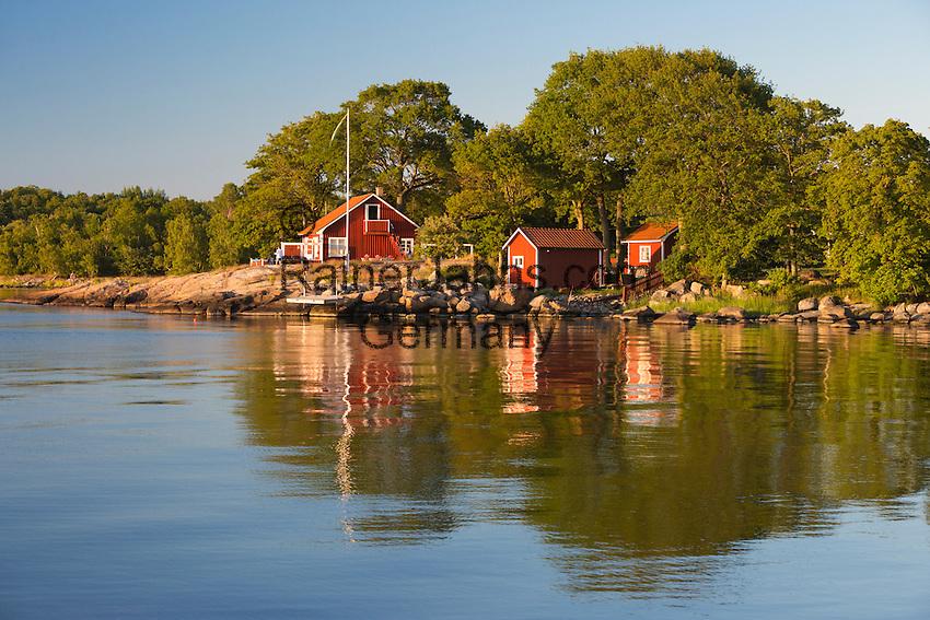 Sweden, Blekinge laen, Tjurkoe island, near Karlskrona: Traditional red Swedish summer house   Schweden, Blekinge laen, bei Karlskrona: traditionelles schwedisches Sommerhaus auf der Insel Tjurkoe
