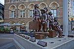 Londyn, 2009-10-23, Rzeźba 'Children of the Kindertransport' przed stacją Liverpool Street Station
