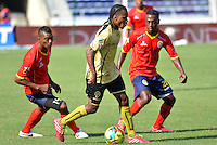 BARRANQUILLA - COLOMBIA -09-02-2014: James Castro (Der.) jugador de Universidad Autonoma disputa el balón con Edinson Palomino (Izq.) jugador del Itagúi  durante partido de la cuarta fecha de la Liga Postobon I 2014, jugado en el estadio Metropolitano Roberto Melendez de la ciudad de Barranquilla. / James Castro (R)  player of Universidad Autonoma fights for the ball with Edinson Palomino (L) player of Itagúi during a match for the fourth date of the Liga Postobon I 2014 at the Metropolitano Roberto Melendez stadium in Barranquilla city. Photo: VizzorImage  / Alfonso Cervantes / Str.