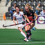 AMSTELVEEN -  Charlotte Vega (A'dam)  met Maud Renders (OR)   tijdens de hoofdklasse competitiewedstrijd hockey dames,  Amsterdam-Oranje Rood (5-2).  COPYRIGHT KOEN SUYK