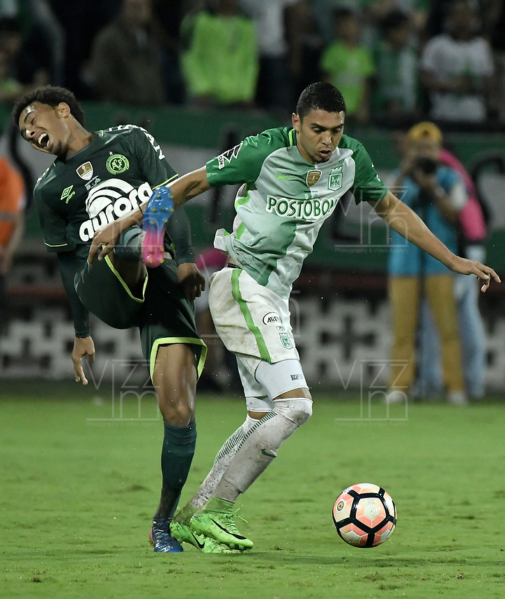MEDELLÍN -COLOMBIA-10-05-2017: Daniel Bocanegra (Der) jugador de Atlético Nacional de Colombia disputa el balón con Osman Junior (Izq) jugador de Chapecoense de Brasil durante partido de vuelta por la final de la CONMEBOL Recopa Sudamericana 2017 jugado en el estadio Atanasio Girardot de la ciudad de Medellín. / Daniel Bocanegra (R) player of Atletico Nacional of Colombia fights for the ball with Osman Junior (L) player of Chapecoense of Brasil during second leg match for the final of the CONMEBOL Recopa Sudamericana 2017 played at Atanasio Girardot stadium in Medellin city. Photo: VizzorImage / Gabriel Aponte / Staff