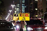SÃO PAULO, SP, 01.07.2016 - PROTESTO - SP - Manifestantes protestam na Avenida Paulista, região central de São Paulo (SP), neste final de tarde de sexta-feira (1), contra a volta da Presidente afastada, Dilma Roussef.(Foto: Adailton Damasceno/Brazil Photo Press)
