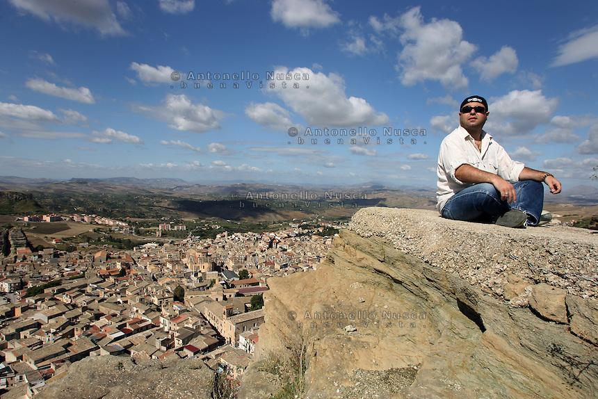 Corleone, Ottobre 2005. Leonardo Cirasola, uno dei ragazzi che operano all'interno della Cooperativa Placido Rizzotto fotografato con sullo sfondo Corleone, la sua cittadina natale.