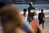RIO DE JANEIRO, RJ, 19.12.2014 - CLIMATEMPO - PRAIA DE COPACABANA - Banhistas aproveitam o fim de tarde na praia de Copacabana, zona sul da cidade, nesta sexta-feira, 19. (Foto: Gustavo Serebrenick / Brazil Photo Press)