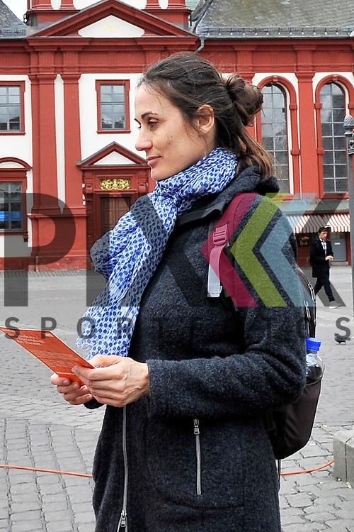 Mannheim 28.02.17 Die Oper laedt Mannheim ein - Alphabet Festival auf dem Marktplatz. Im Bild v.l. Julia Kunzendorf.<br /> <br /> Foto &copy; Ruffler For editorial use only. (Bild ist honorarpflichtig - No Model Release!)