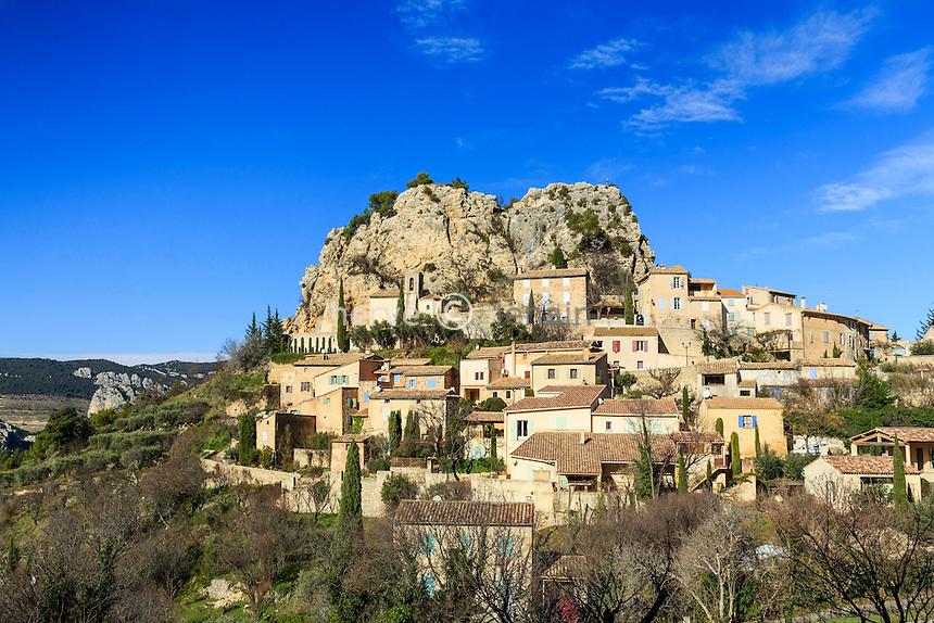 France, Vaucluse (84), La Roque-Alric, le village au pied de la roque d'Alric // France, Vaucluse, La Roque-Alric, the village