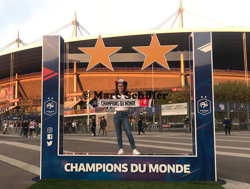 Fans können sich mit dem 2. Stern vor dem Stadion fotografieren lassen - 16.10.2018: Frankreich vs. Deutschland, 4. Spieltag UEFA Nations League, Stade de France, DISCLAIMER: DFB regulations prohibit any use of photographs as image sequences and/or quasi-video.