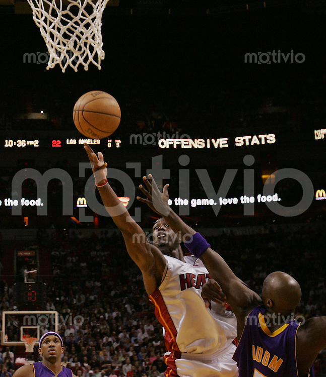 Basketball; NBA Saison 2004/2005 Miami Heats 102 vs. 89 Los Angeles Lakers Dwyane Wade (M,li) gegen Lamar Odom (LA)