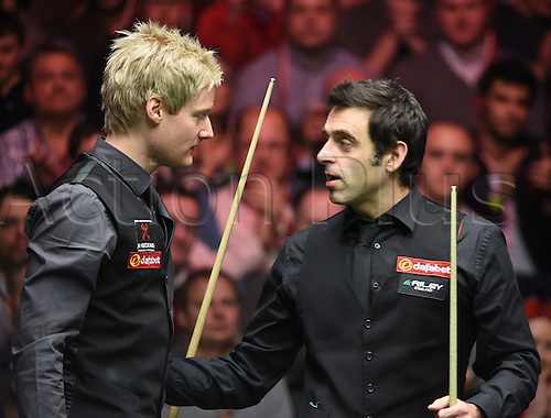 18.01.2015.  London, England.  Masters Snooker Semi Final. O'Sullivan congratulates Robertson. World number one Robertson beat defending champion Ronnie O'Sullivan 6-1 to reach his third Masters final.
