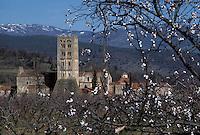 Europe/France/Languedoc-Roussillon/66/Pyrénées -Orientales/Saint-Michel-de-Cuxa : Abbaye et Massif du Canigou