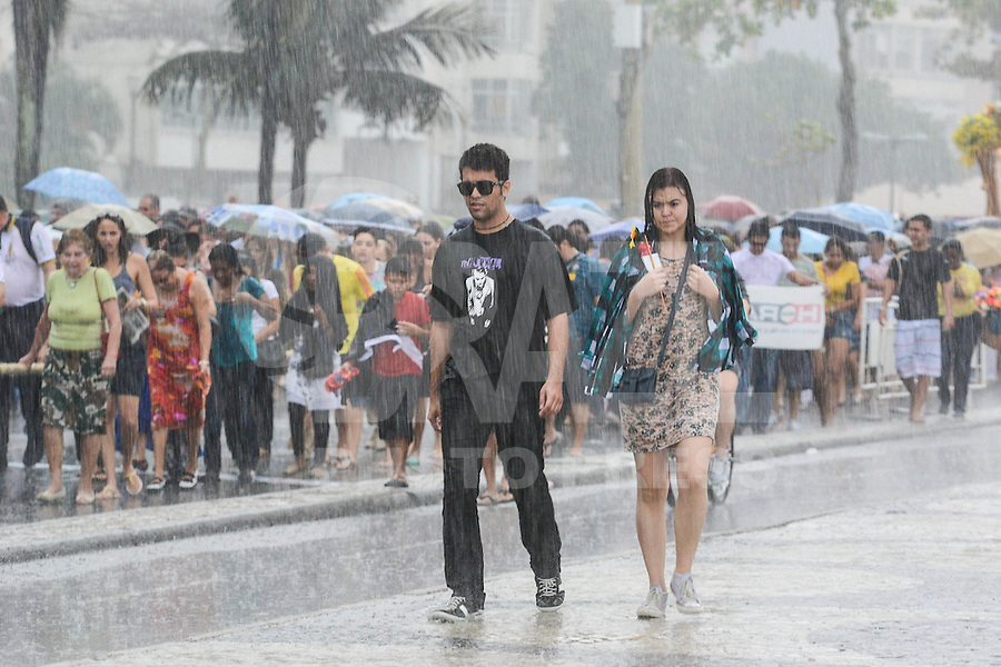 RIO DE JANEIRO, RJ, 05 AGOSTO 2012 -CIRIO DE NAZARE- Uma chuva muito  forte desabou sob procissao do Cirio de Nazare percorrendo a orla de Copacabana neste domingo, 05 de agosto, em Copacabana,zona sul do rio.(FOTO: MARCELO FONSECA / BRAZIL PHOTO PRESS).