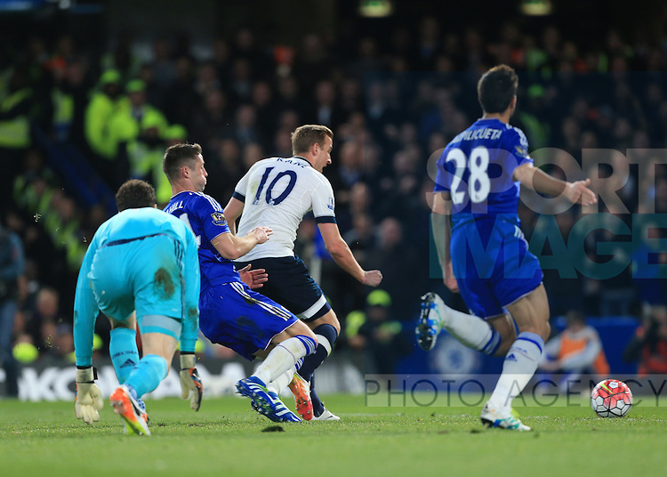 Tottenham's Harry Kane scoring his sides opening goal during the Barclays Premier League match at Stamford Bridge Stadium.  Photo credit should read: David Klein/Sportimage