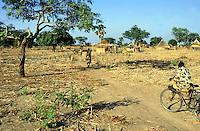 Sudan. South Sudan. Bahr El Ghazal. Malval Akon. Dinka village. Daily life. © 1999 Didier Ruef