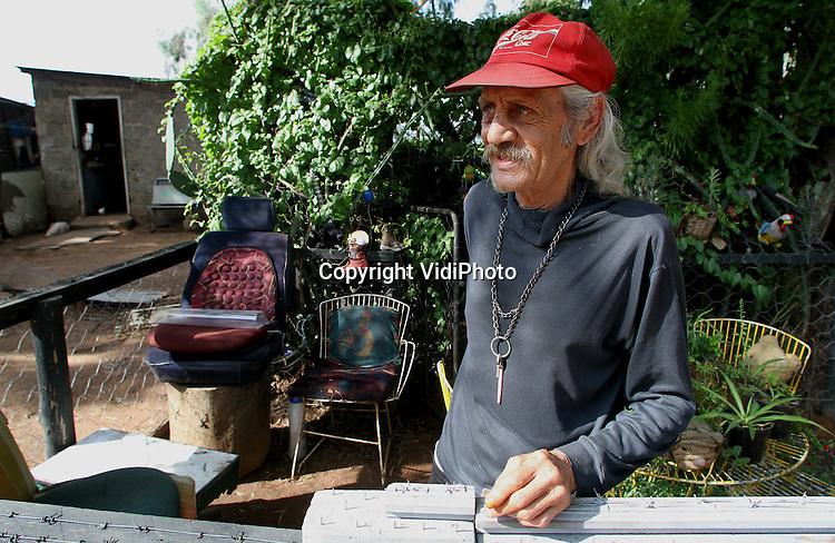Foto: VidiPhoto..PRETORIA - Een blank township (plakkerskamp) even buiten Pretoria in Zuid-Afrika. Blanke townships schieten als paddenstoelen uit de grond als gevolg van de recessie en 'positieve' discriminatie van zwarten door het ANC. Blanken raken daardoor hun baan in met name de publieke sector kwijt. Het aantal blanke sloppenwijken rond Pretoria bedraagt nu 72. Volgens hulporganisaties leven er van de totaal 4 miljoen blanke Zuid-Afrikanen nu ruim 700.000 in grote armoede.