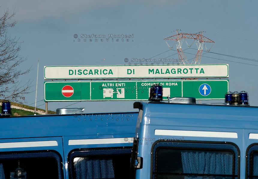 Roma, 5 Gennaio  2013.Manifestazione contro l'ipotesi della discarica a Monti dell'Ortaccio, dei cittadini di Valle Galeria, zona  dove è situata la  mega-discarica di Malagrotta. La polizia davanti l'ingresso  della discarica di Malagrotta.Rome, January 5, 2013.Demonstration against the hypothesis of the landfill to Monti dell'Ortaccio,of the  citizens of Valle Galeria area, an area that is already located the mega-landfill Malagrotta. The police in front of the entrance to the landfill Malagrotta