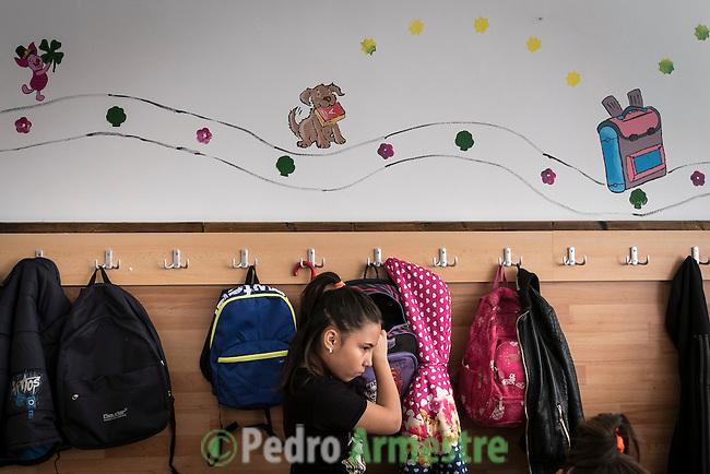 07 Noviembre 2016. Bucarest. Rumania<br /> Save the Children trabaja en Rumania ayudando a las familias m&aacute;s vulnerables con diferentes tipos de programas vinculados a la educaci&oacute;n. En 37 centros educativos de todo el pa&iacute;s tiene en marcha programas especiales de ayuda a los ni&ntilde;os que nunca han asistido a la escuela y para los hijos de migrantes que est&aacute;n trabajando en Italia o en Espa&ntilde;a. En la imagen, uno de los programas de Save the Children en un colegio en Bucarest. Rumania tiene la tasa de pobreza infantil m&aacute;s alta de toda Europa, con un 51%. &copy; Pedro Armestre/ Save the Children Handout. No ventas -No Archivos - Uso editorial solamente - Uso libre solamente para 14 d&iacute;as despu&eacute;s de liberaci&oacute;n. Foto proporcionada por SAVE THE CHILDREN, uso solamente para ilustrar noticias o comentarios sobre los hechos o eventos representados en esta imagen.<br /> &copy; Pedro Armestre/ Save the Children Handout - No sales - No Archives - Editorial Use Only - Free use only for 14 days after release. Photo provided by SAVE THE CHILDREN, distributed handout photo to be used only to illustrate news reporting or commentary on the facts or events depicted in this image.
