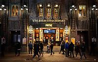 Nederland - Amsterdam - Januari 2019. Pathé Tuschinski (oorspronkelijk Theater Tuschinski) is een bioscoop in de Reguliersbreestraat in Amsterdam. Het theater werd in opdracht van Abraham Tuschinski gebouwd en werd op 28 oktober 1921 geopend. Het gebouw is een ontwerp van de architect Hijman Louis de Jong. Theater Tuschinski werd gebouwd in enkele verschillende stijlen, waaronder Amsterdamse School, jugendstil en art deco. Foto Berlinda van Dam / Hollandse Hoogte.