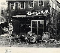 Place des Arts, lieu d'expression populaire pour artistes, rue de Bleury, Montréal.<br /> [1953].<br /> Source : Université du Québec à Montréal. Service des archives et de gestion des documents, Fonds d'archives Yves-Robillard, 146P-303a/6.