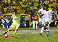 BUCARAMANGA-COLOMBIA-08-12-2016. Daniel Cataño (Izq) jugador del Atlético Bucaramanga disputa el balón con Danovis Banguero (Der) jugador de Deportes Tolima durante partido de ida por la semifinal de la Liga Águila II 2016 jugado en el estadio Alfonso López de la ciudad de Bucaramanga./ Daniel Cataño (L) player of Atletico Bucaramanga struggles the ball with xxx (R) player of Deportes Tolima during first leg semifinal match of the Aguila League II 2016 played at Alfonso Lopez stadium in Bucaramanga city. Photo: VizzorImage / Duncan Bustamante / Cont