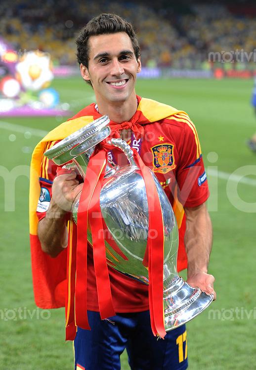 FUSSBALL  EUROPAMEISTERSCHAFT 2012   FINALE Spanien - Italien            01.07.2012 Alvaro Arbeloa (Spanien) mit dem EM Pokal