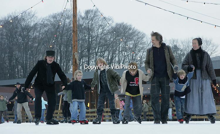 ARNHEM - Het Nederlands Openluchtmuseum heeft woensdagmiddag de 100.000e bezoeker met een museumkaart ontvangen. De familie Van de Pol uit Arnhem kreeg in het park een warm onthaal met ondermeer een tocht in een ouderwets rijtuig en een schaatssessie met de zogenoemde winterkarakters. De museumkaart, waar zo´n 400 Nederlandse musea bij zijn aangesloten, mag zich dit jaar in een toenemende populariteit verheugen. Foto: VidiPhoto