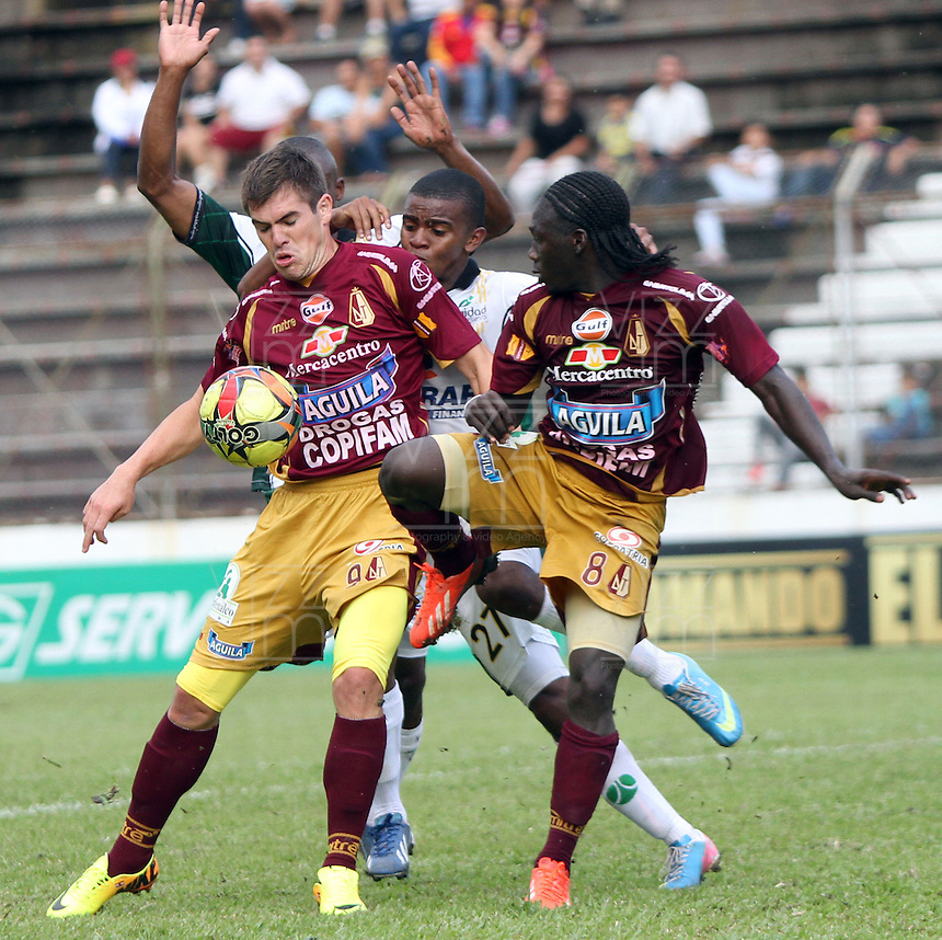 IBAGUE-COLOMBIA-10 -11-2013 : Accion de juego entre los equipos Deportes Tolima y La Equida Seguros  durante partido por la fecha 18 de la Liga Postobon II-2013 , jugado en el estadio Manuel Murillo Toro  de la ciudad de Ibague./  Action game between teams Deportes Tolima and Equidad Seguros  during party by the date 18 of the League Postobon II-2013, played at the Manuel Murillo Toro stadium in Ibague City.Photo:VizzorImage / Felipe Caicedo / Staff