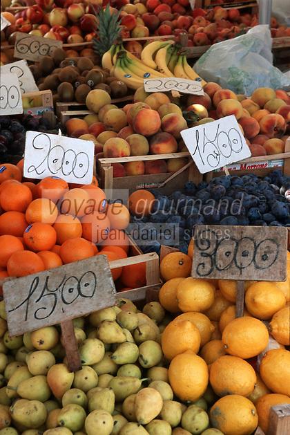 Europe/Italie/La Pouille/Polignano a Mare: Sur le marché, détail étal de fruits et légumes