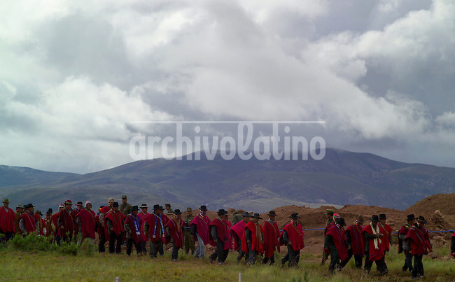 Campesinos aymaras llegan  a las ruinas arqueologicas de Tiahuanaco para participar de la ceremonia de investidura del mando originario de Evo Morales. En la vispera de su asuncion como presidente de Bolivia, Evo Morales va a Tiahuanaco para pedir la bendicion de los dioses y recibir los simbolos de poder aymara +tiwanaku,  *Aymara peasants arrive at the  archeological ruins of Tiahuanacu for  a ritual aymara ceremony.   In the eve of his swearing as the first indigenous president of Bolivia, Evo Morales go to Tiahuanacu to asks for the bless of indians gods. +tiwanaku