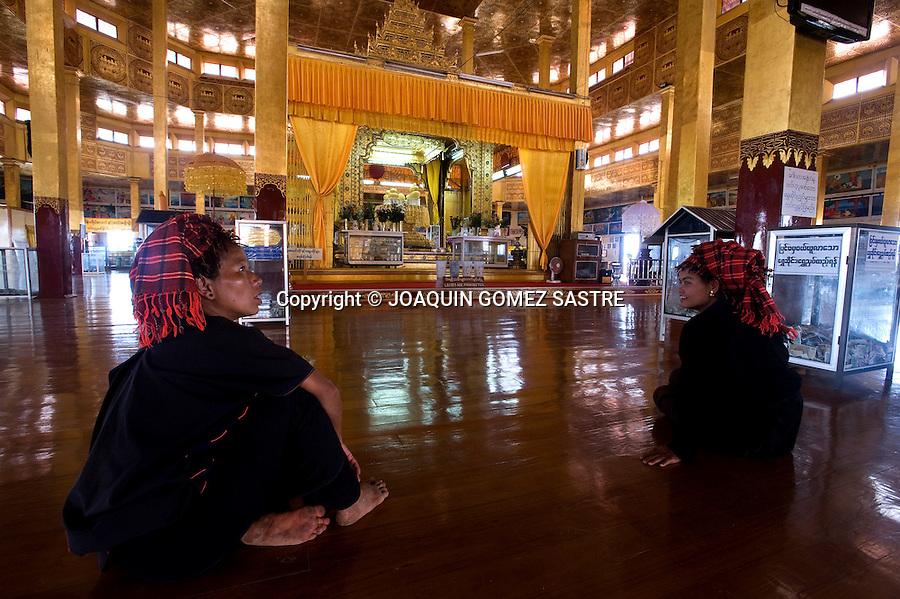 Dos mujeres en el interior de una pagoda en el lago Inle.foto ©  JOAQUIN GOMEZ SASTRE