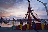 Europe/France/Bretagne/29/Finistère/ Saint-Guénolé: Retour des sardiniers au port à l'aube - les pêcheurs nettoient les filets