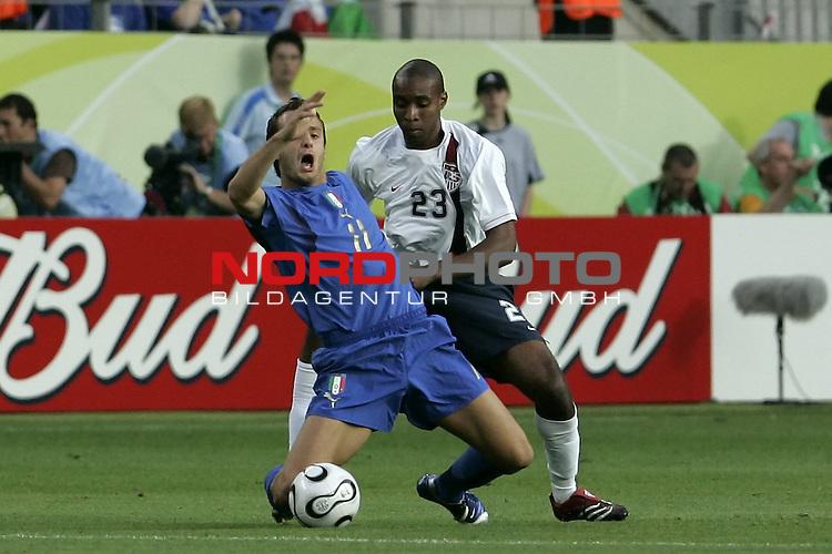 FIFA WM 2006 -  Gruppe E Vorrunde ( Group E )<br /> Play   #25 (17-Jun) - Italien - USA 1:1<br /> <br /> GILARDINO - POPE<br /> <br /> <br /> Foto &copy; nordphoto