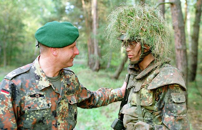 Rekruten der 2. Kompanie des Jaegerbatallions 1 BERLIN bei der Grundausbildung. Die Rekruten werden im Hinblick auf den ab Mai 2001 bevorstehenden Einsatz im Kosovo im Rahmen der KFOR ausgebildet. Unter ihnen befinden sich einige Soldaten, die nicht in Deutschland geboren wurden und die deutsche Staatsangehoerigkeit angenommen haben.<br /> Hier: Der Komandeur des Batallions, Oberstleutnant Heiner Kindinger (links), im Gespraech mit Kim Huynh, 20 Jahre aus Vietnam.<br /> 18.10.2000, Berlin<br /> Copyright: Christian-Ditsch.de<br /> [Inhaltsveraendernde Manipulation des Fotos nur nach ausdruecklicher Genehmigung des Fotografen. Vereinbarungen ueber Abtretung von Persoenlichkeitsrechten/Model Release der abgebildeten Person/Personen liegen nicht vor. NO MODEL RELEASE! Nur fuer Redaktionelle Zwecke. Don't publish without copyright Christian-Ditsch.de, Veroeffentlichung nur mit Fotografennennung, sowie gegen Honorar, MwSt. und Beleg. Konto: I N G - D i B a, IBAN DE58500105175400192269, BIC INGDDEFFXXX, Kontakt: post@christian-ditsch.de<br /> Bei der Bearbeitung der Dateiinformationen darf die Urheberkennzeichnung in den EXIF- und  IPTC-Daten nicht entfernt werden, diese sind in digitalen Medien nach &sect;95c UrhG rechtlich gesch&uuml;tzt. Der Urhebervermerk wird gemaess &sect;13 UrhG verlangt.]