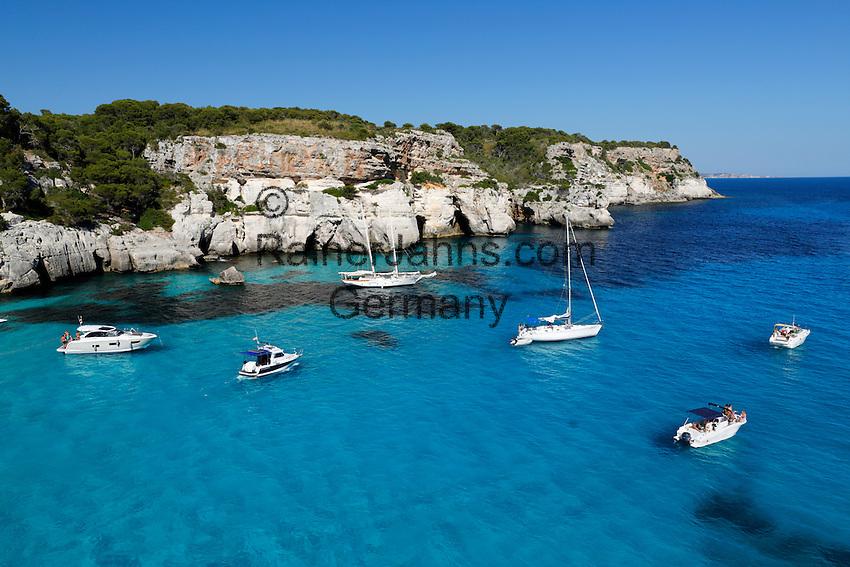 Spain, Menorca, near Cala Galdana: Yachts anchored in cove, Cala Macarella | Spanien, Menorca, bei Cala Galdana: beliebtes Ausflugsziel per Boot, die Bucht Cala Macarella