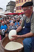 Europe/France/Aquitaine/64/Pyrénées-Atlantiques/Pays-Basque/Tardets-Sorholus: Lors de la traditionnelle foire au fromage Ossau-Iraty - Démonstration de fabrication du fromage